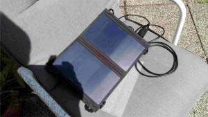 """Solarzelle """"porapow 11W Solar Charger"""" in Aktion (der Schatten auf der linken Zelleneinheit war nur beim Fotografieren da)"""
